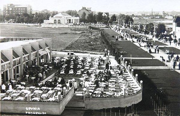 """pawulon* Skwer Kościuszki. W budynku na pierwszym planie widać kino-kawiarnię """"Bodega"""", w grudniu 1938 wybuchł w niej pożar i niemal doszczętnie spłonęła. Biały budynek u góry lekko po lewej, to Casino """"Morskie Oko""""."""