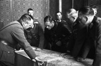 oficerowie sowieccy i niemieccy nad mapą Polski